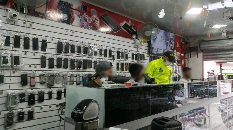 En San Vicente del Caguán Policía interviene local comercial de compra, venta y reparación de celulares.